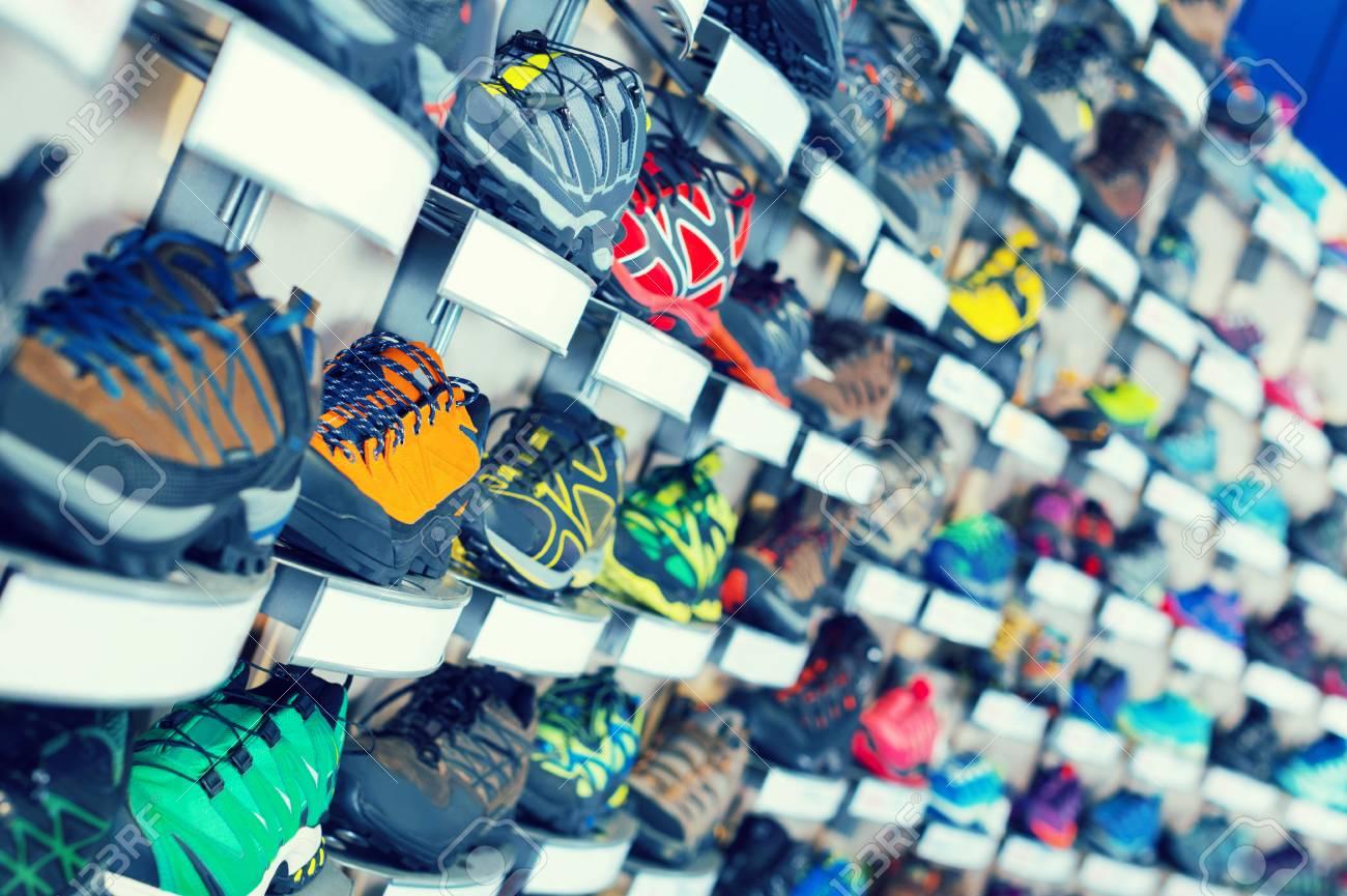 c71107e4d4ddb Foto de archivo - Imagen de la gran selección de calzado deportivo  multicolor en la tienda.