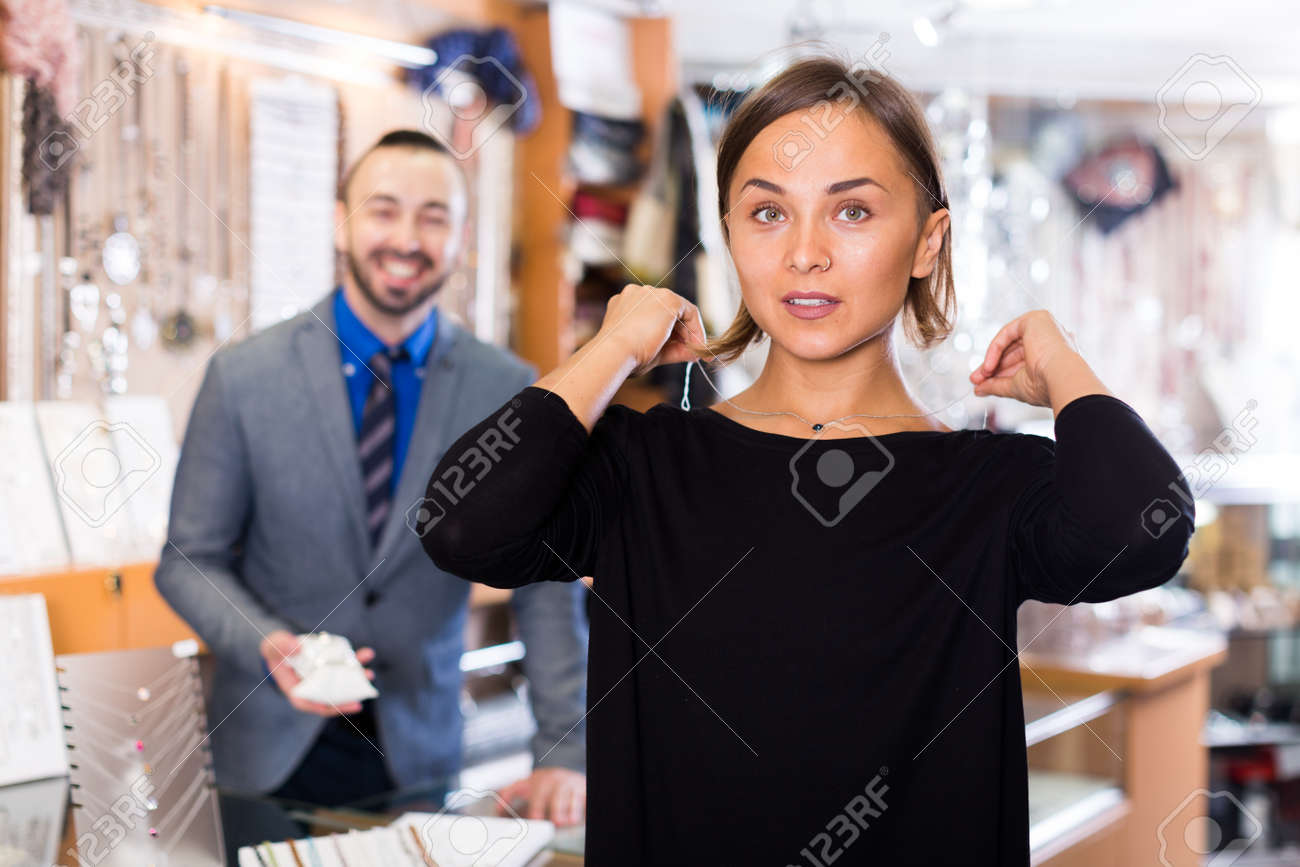 Female consumer trying chainlet with pendants - 154724960