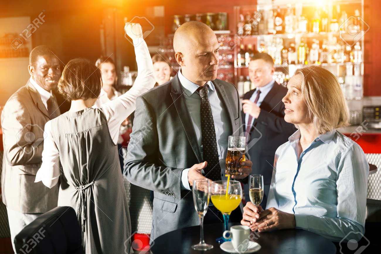 Man and woman drinking alcohol on party - 158472182