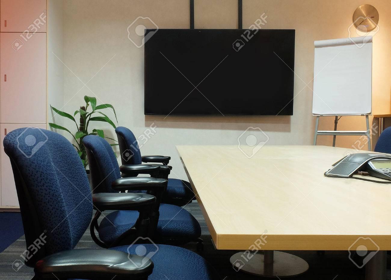 The empty salle de réunion avec mobilier de bureau usagé