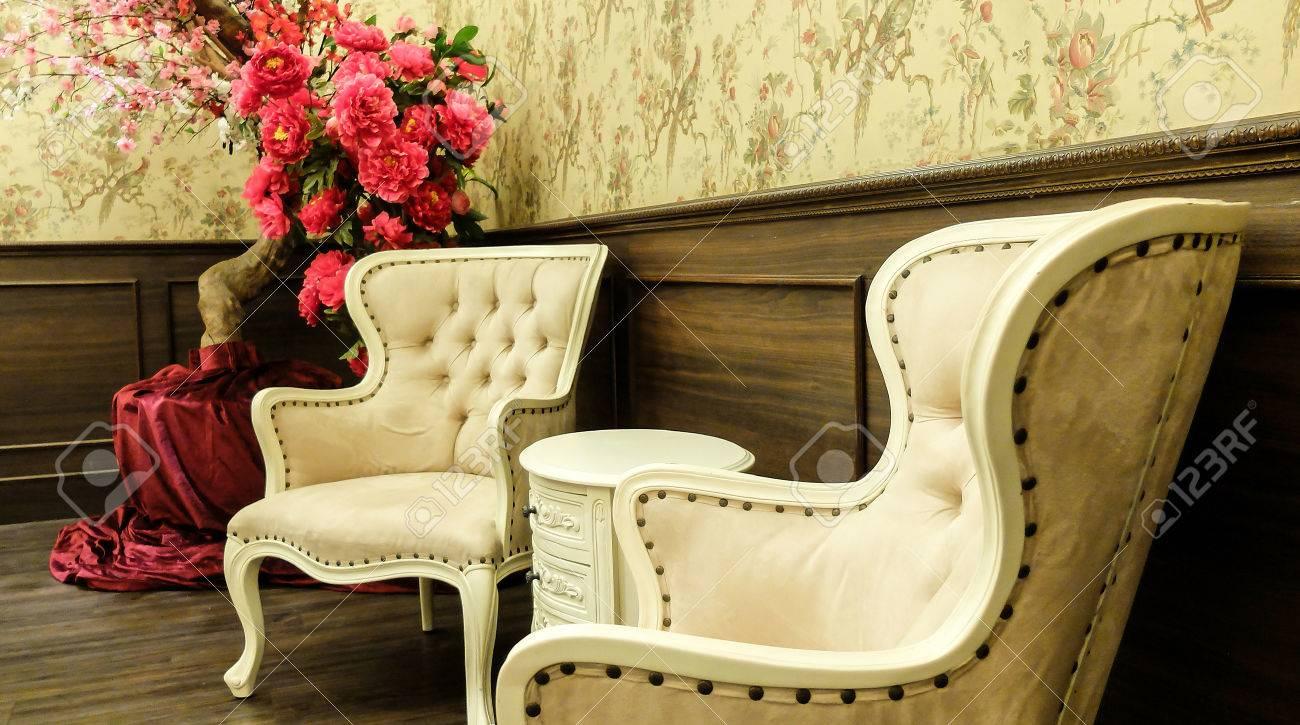 Klassische Chinesische Vintage Art Tisch Und Stuhl Möbel Set In Einem  Wohnzimmer Standard Bild