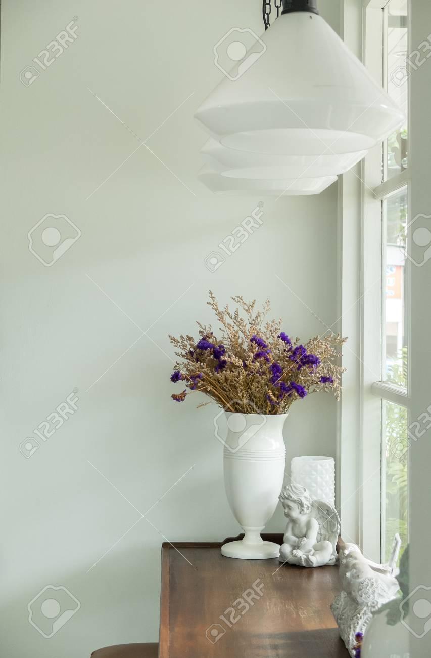 Beau bouquet de fleurs en pot de fleurs en céramique brillant blanc sur une  table en bois rustique à l\'angle du salon de luxe blanc par la fenêtre de  ...