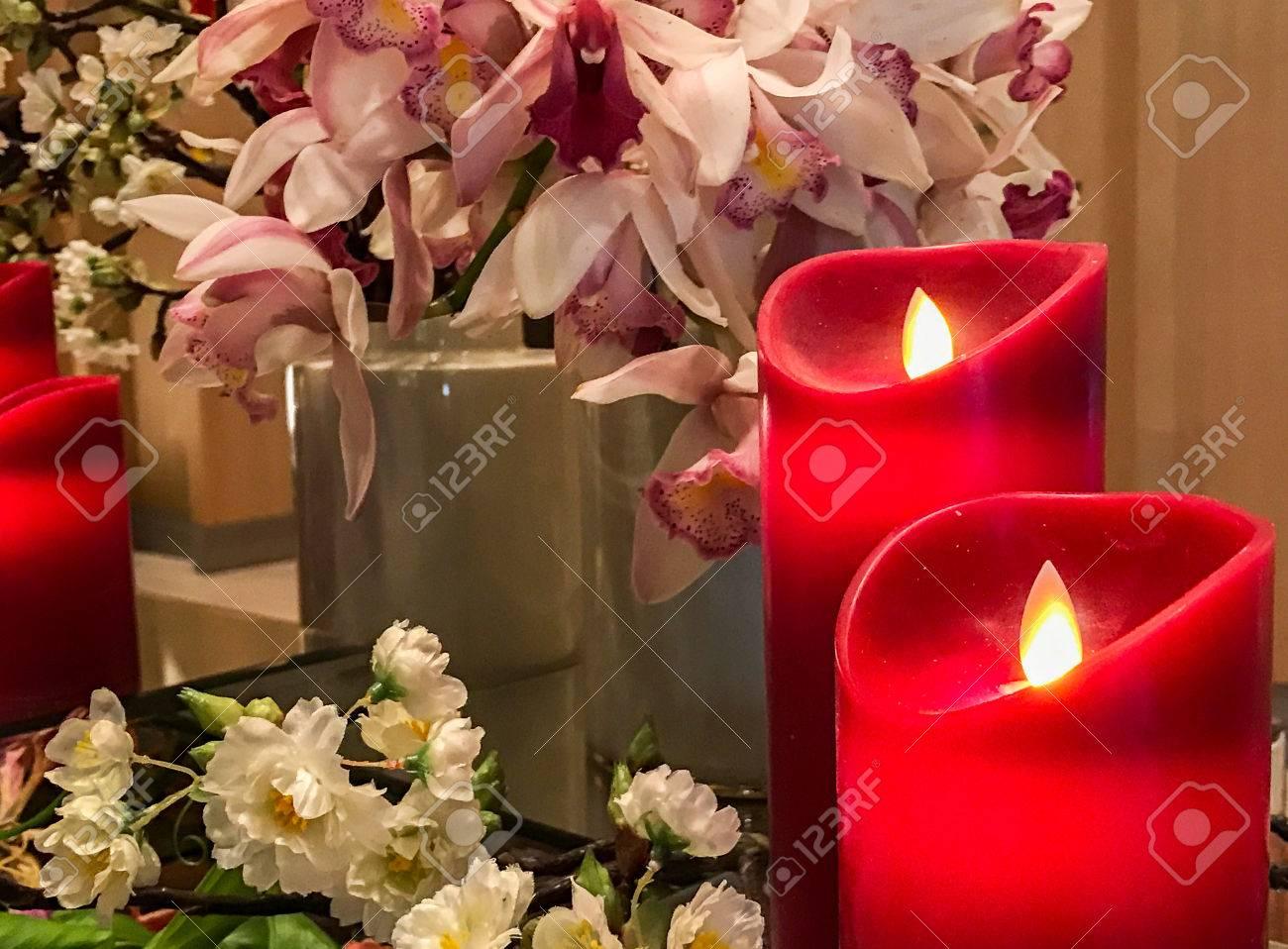 Candele Camera Da Letto : Candele artificiali rosse all angolo con un gruppo di fiori di