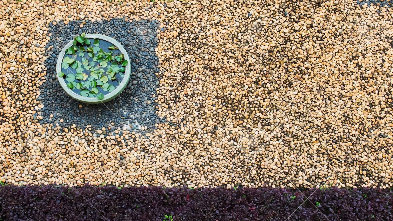 Vue de dessus du jardin vintage avec des pierres de galets colorées sur le  sol et de la baignoire Lotus au coin avec Copyspace utilisé comme modèle ...