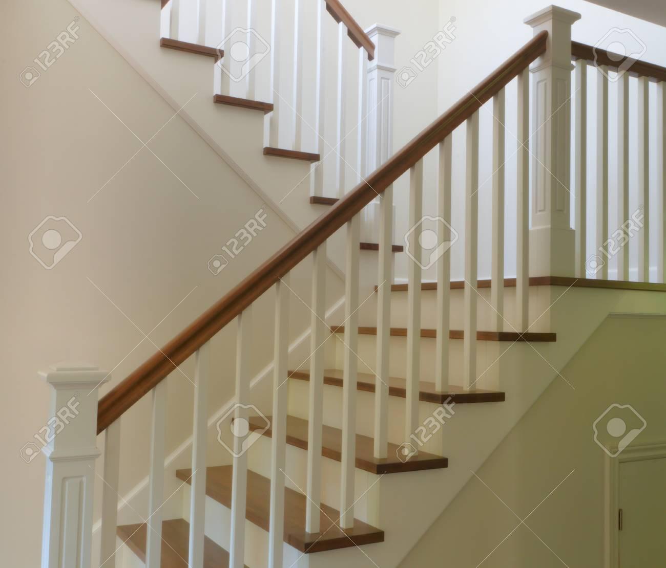 Stufen Treppe Weiß Lackiert Und Hartholz Treppe Innen Treppe