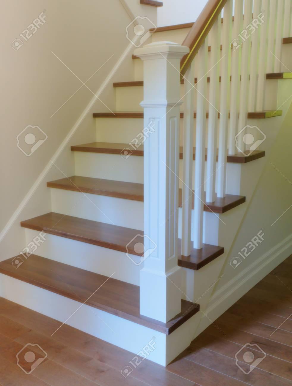 Escalera Interior Escalera Blanca Y Madera Clsica Diseo