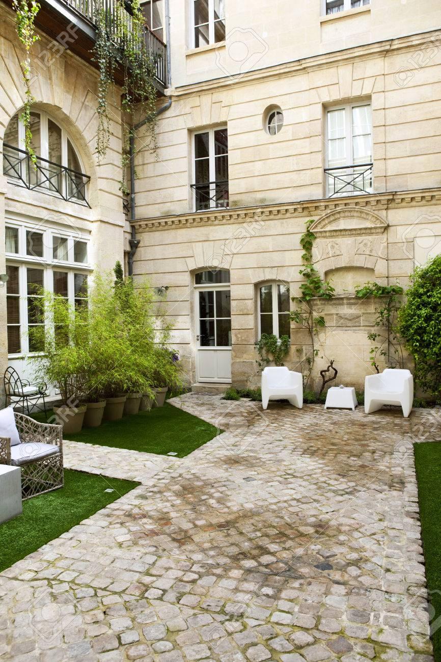 Pflanzen Und Gartenmobel In Den Hof Eines Franzosisch Herrenhaus