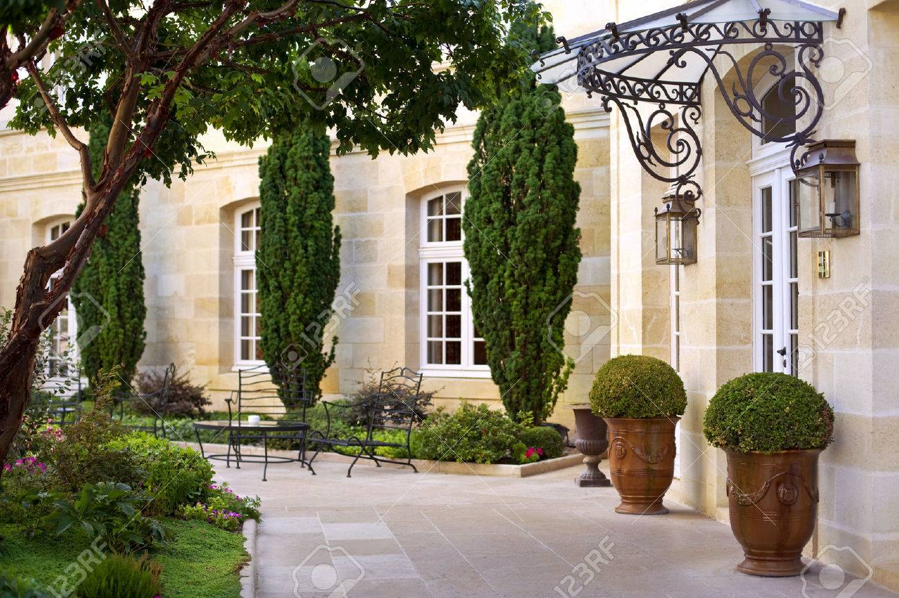 Jardin et terrasse d\'une maison française de luxe près de Bordeaux