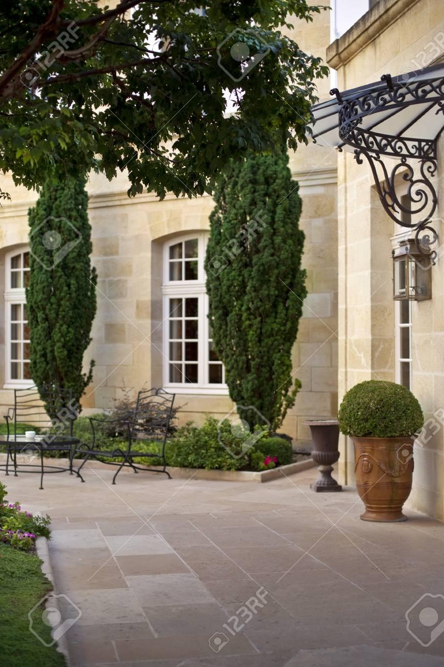 Jardin et meubles sur la terrasse d\'un Manion français près de Bordeaux