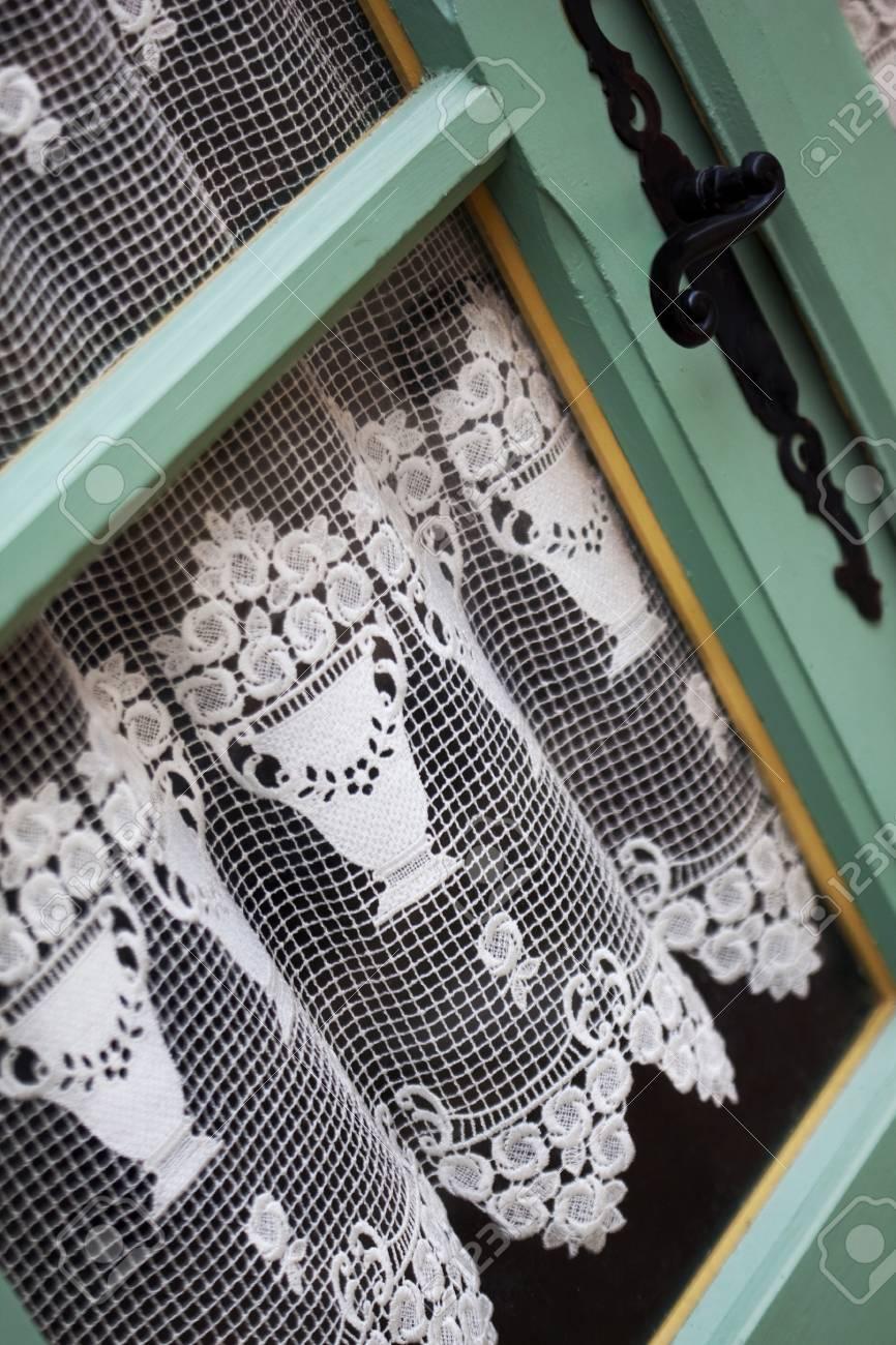 oude gordijnen achter een deur in een frans dorp stockfoto 83012333