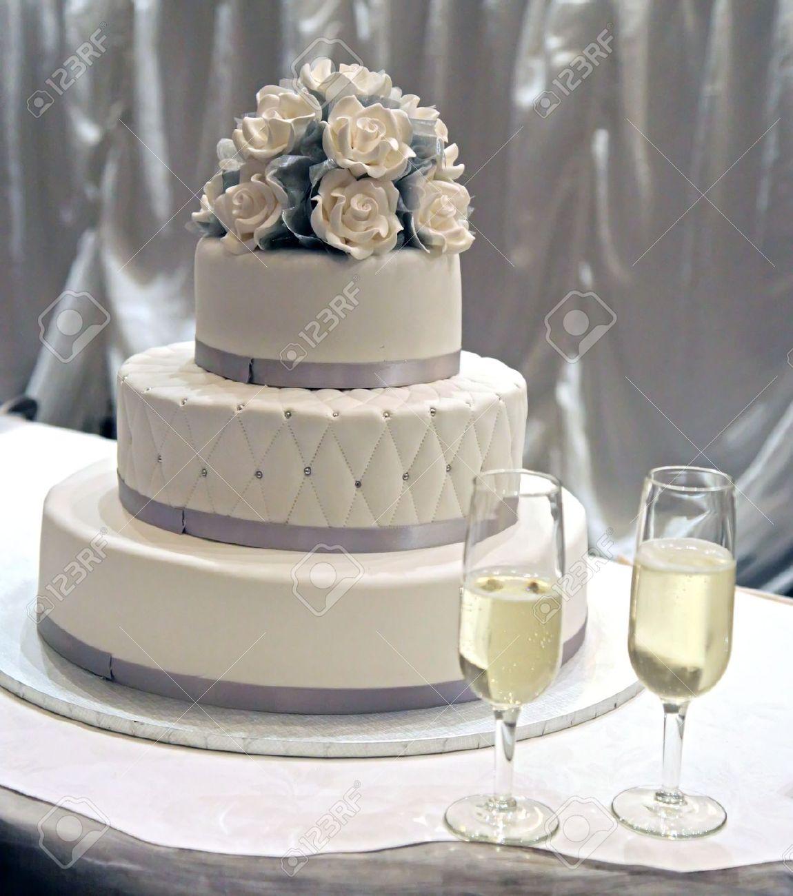 Einen Weissen Hochzeit Kuchen Mit Weissen Puderzucker Rosen