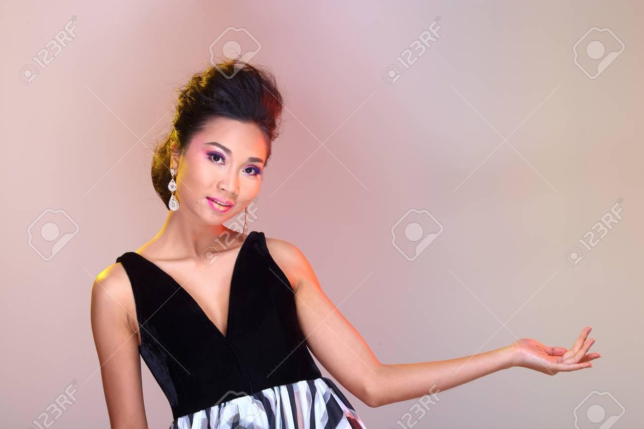 3a967b740 Hombros Abiertos Negros Vestido De Bola De Vestido De Noche En La Moda De  La Mujer Asiática Componen Peinados Para Proclamar Alto
