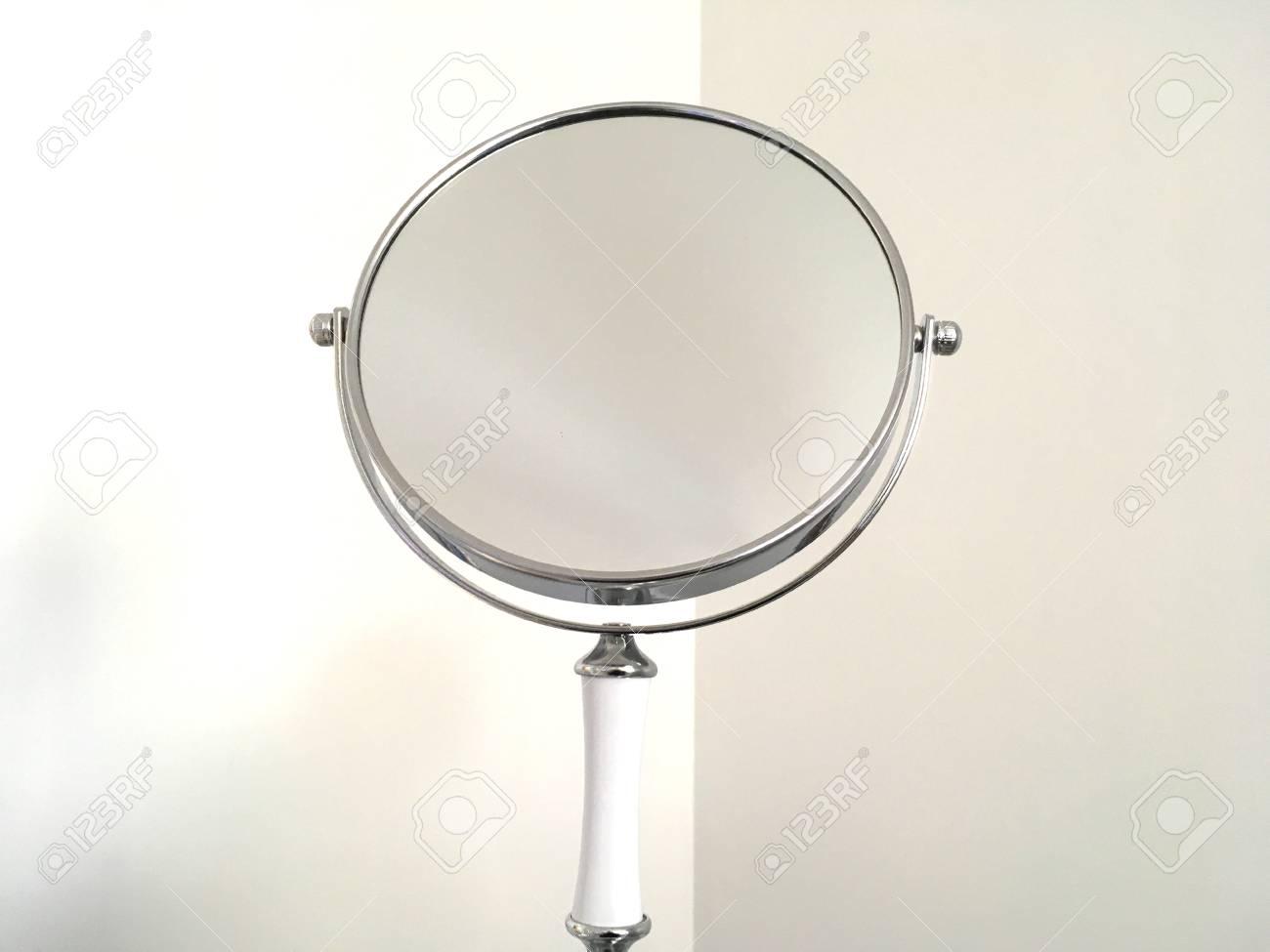 Make Up Spiegel : Silber make up spiegel mit weißem griff lizenzfreie fotos bilder