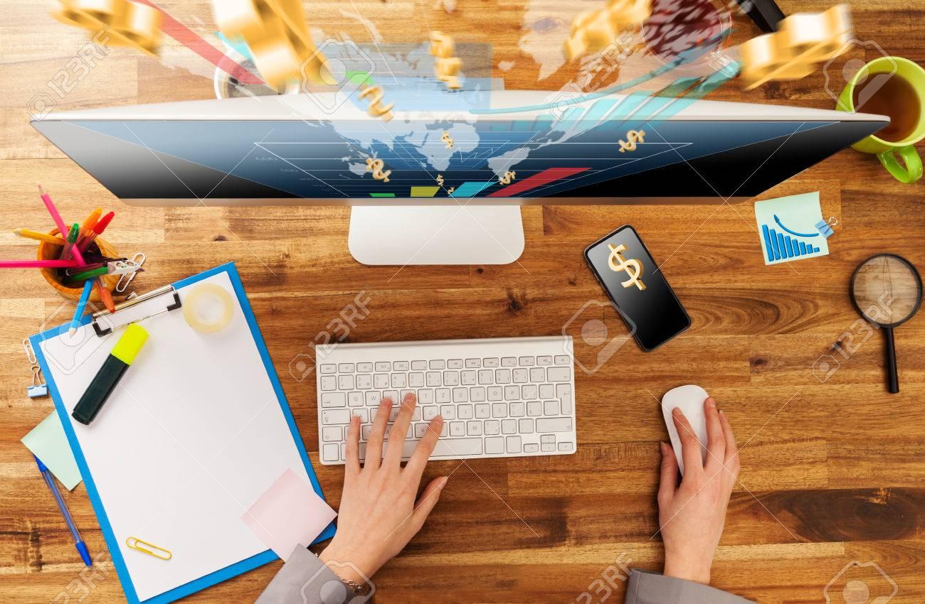 Femme travaillant avec rcomputer placé sur le bureau en bois