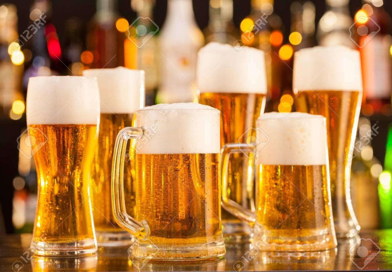 Krüge Bier Auf Bar Theke Mit Exemplar Gesetzt Lizenzfreie Fotos ...