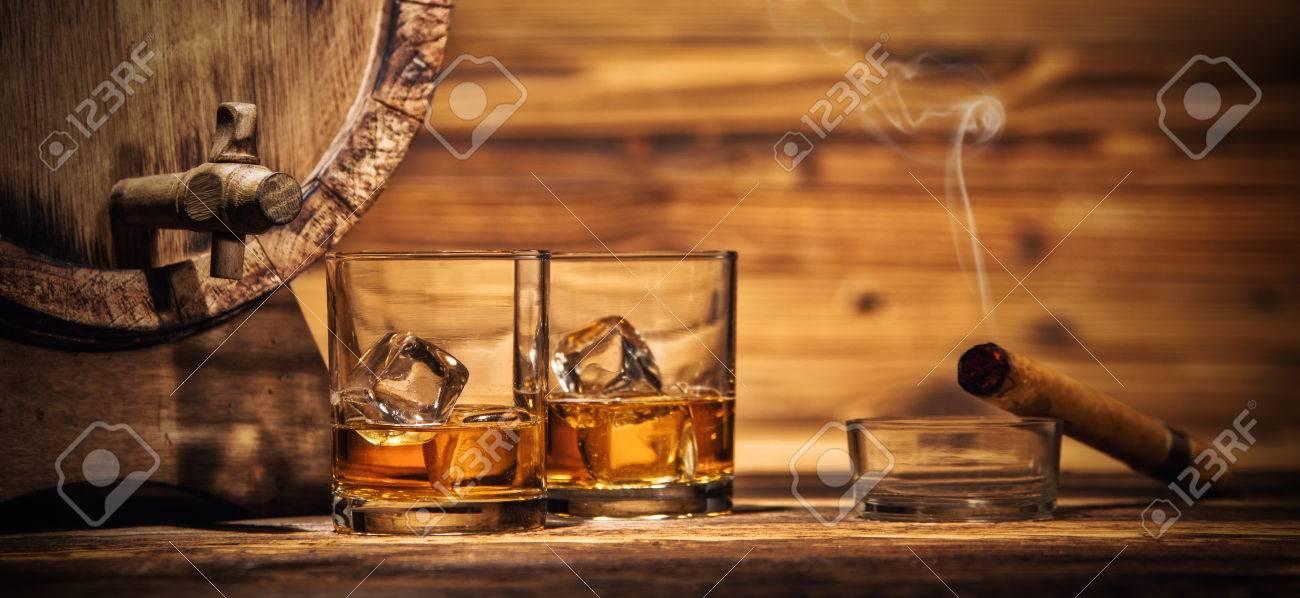 Zwei Gläser Whiskey Mit Eiswürfeln Serviert Auf Holzbohlen Mit Fass