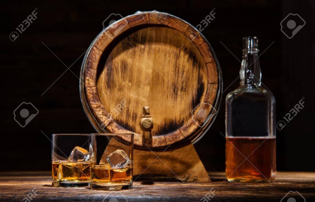 Zwei Gläser Whiskey Flasche Und Fass Mit Eiswürfeln Serviert Auf
