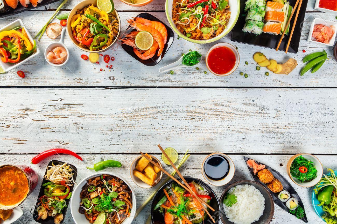 Asiatische Küche asiatische küche serviert auf weißen holztisch ansicht oben