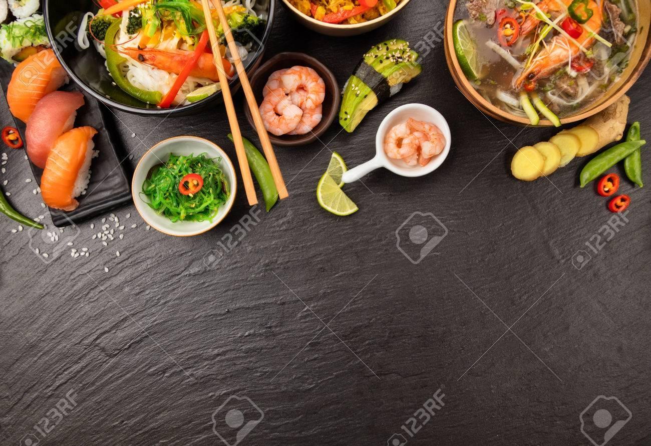 Mesa De Comida Asiática Con Varios Tipos De Comida China, Fideos ...
