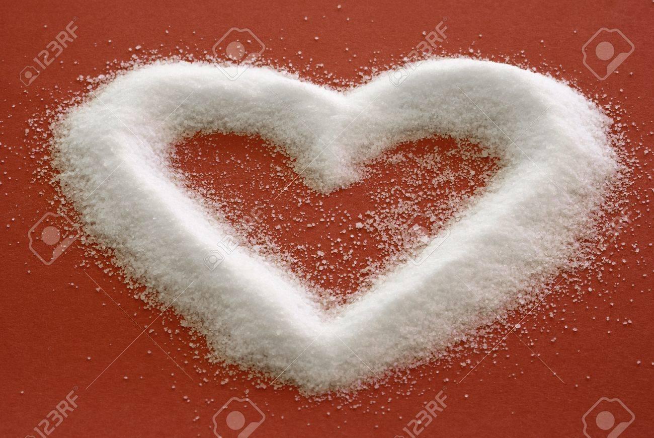 17181181-Sweet-Heart-Sucre-en-forme-de-coeur-sur-fond-rouge-Banque-d'images