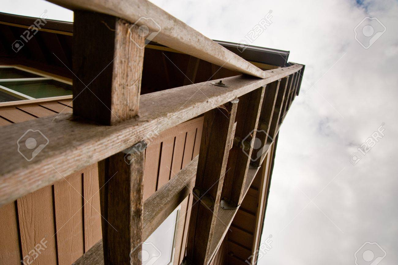 Ladder leaning against a house Stock Photo - 17861291