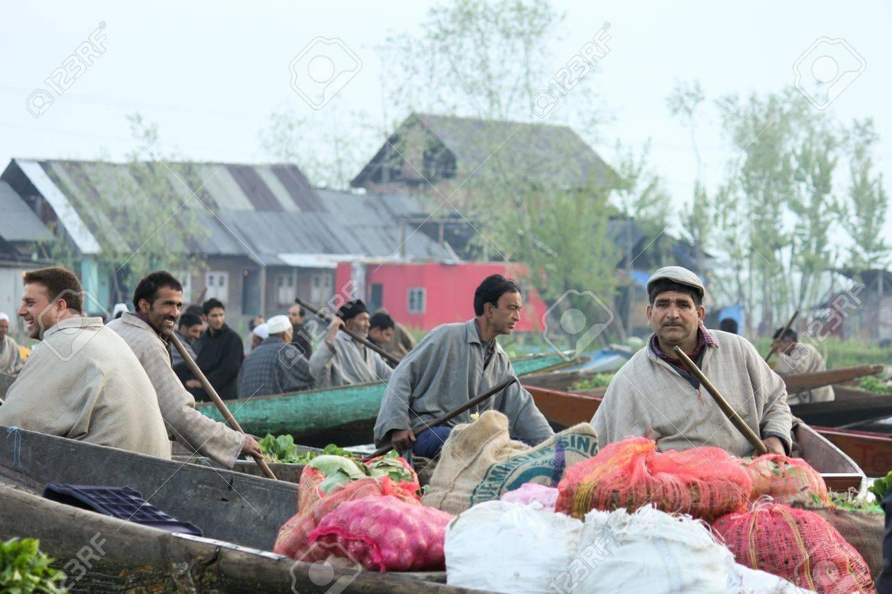 timeless design 9c8cf a707e Cachemire, en Inde, le 19 avril: Ambiance dans la matinée au marché aux  légumes flottant traditionnel où les populations locales acheter, vendre ...