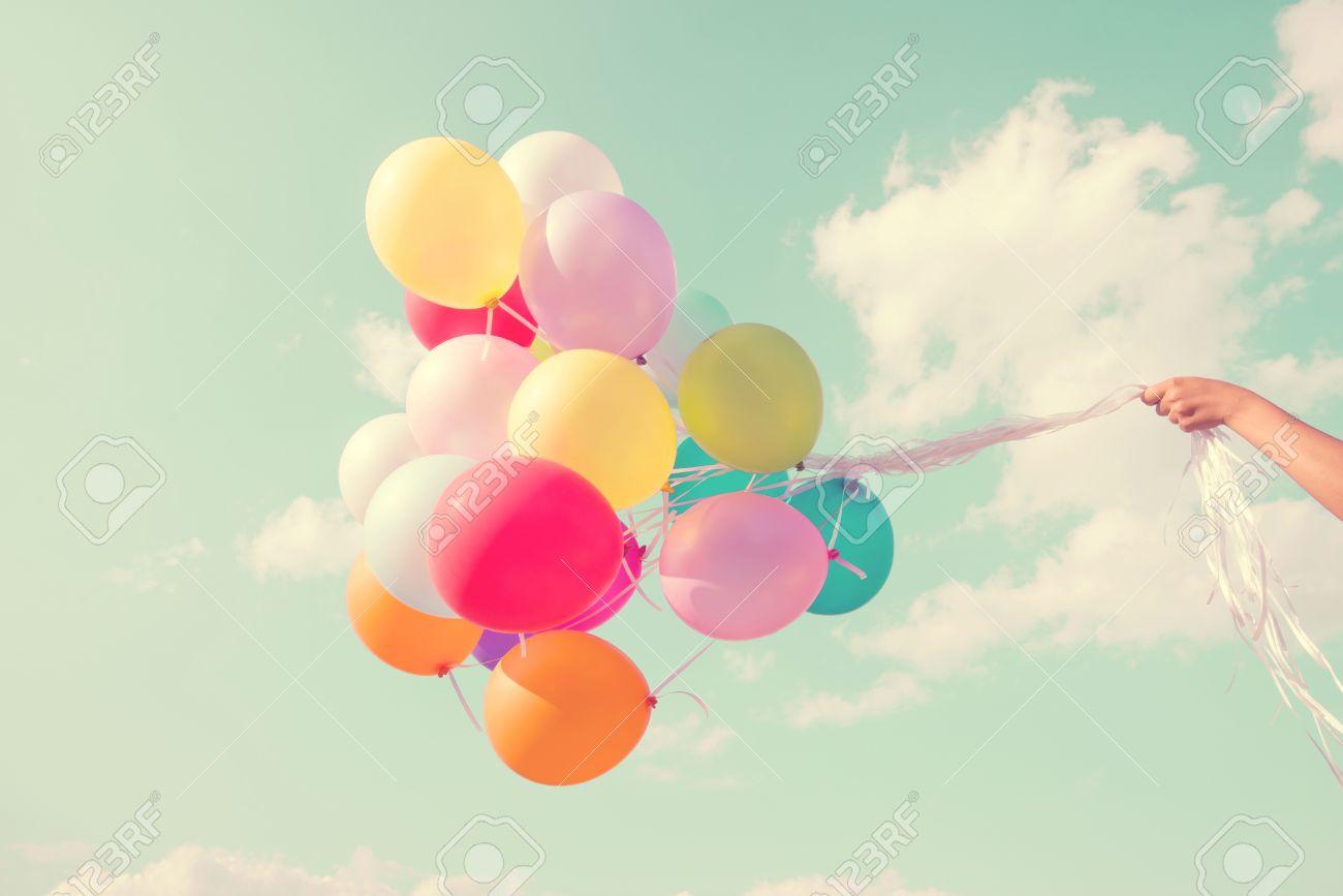 Madchen Hand Halten Bunte Luftballons Mit Einem Retro Vintage Filter