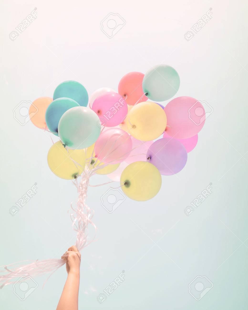 Femme Tenant Des Ballons Colores Joyeux Anniversaire En Vacances D