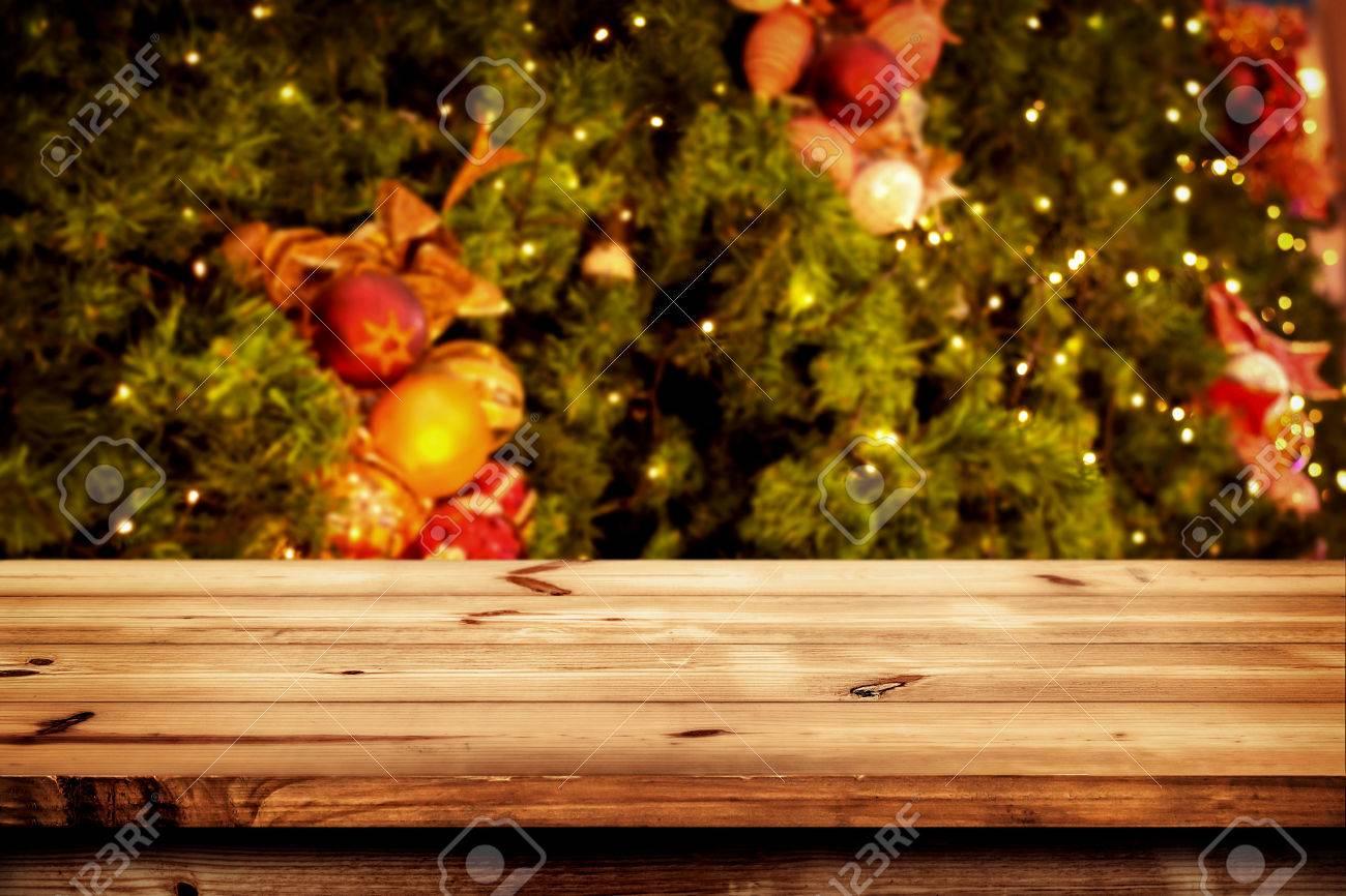 Fondo Del Año Nuevo Y Navidad Con Mesa Cubierta De Madera Oscura Vacía Sobre El árbol De Navidad Y Bokeh Borrosa Luz Pantalla Vacía Para El