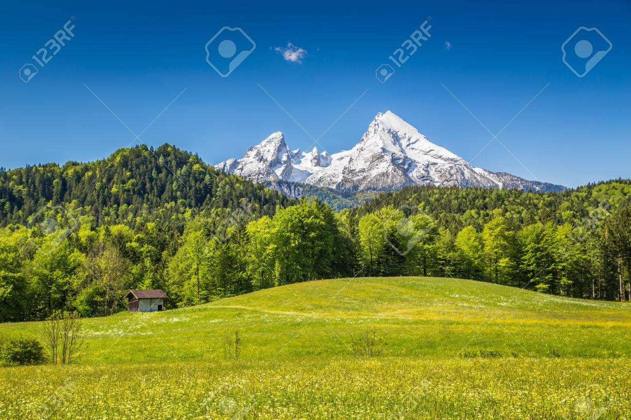 Beautiful mountain landscape in the Bavarian Alps with village of Berchtesgaden and Watzmann massif in the background at sunrise, Nationalpark Berchtesgadener Land, Bavaria, Germany - 37342197