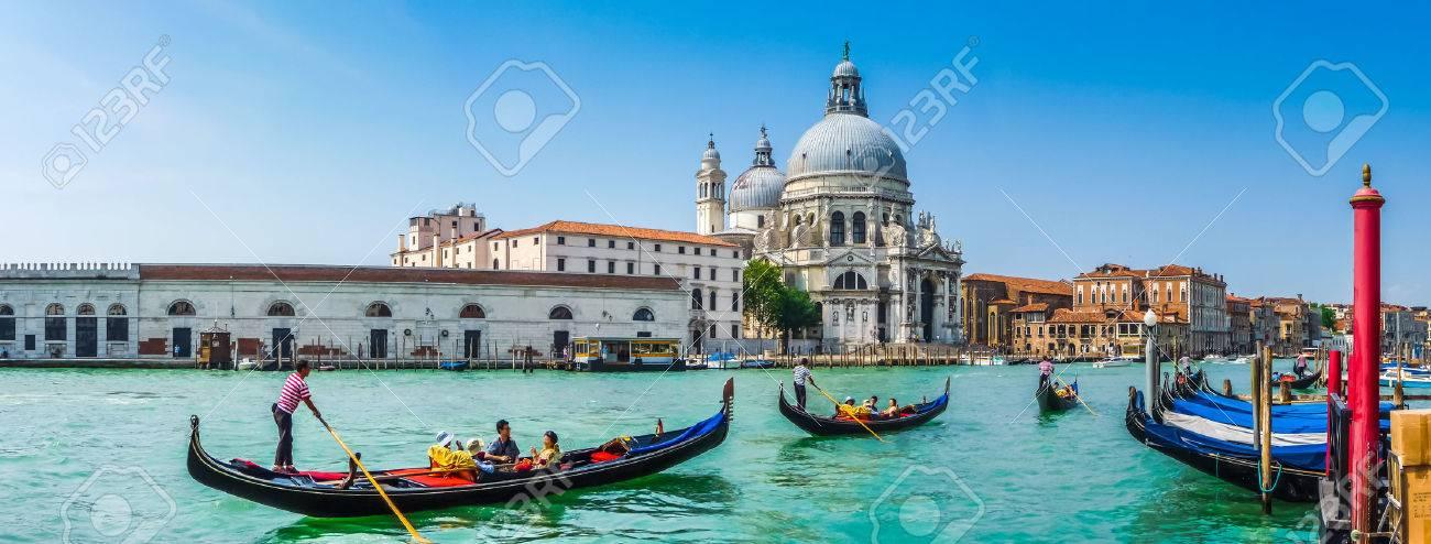 Belle vue des traditionnelles gondoles sur le Grand Canal avec historique Basilique Santa Maria della Salute à l'arrière-plan sur une journée ensoleillée à Venise, Italie Banque d'images - 47392701