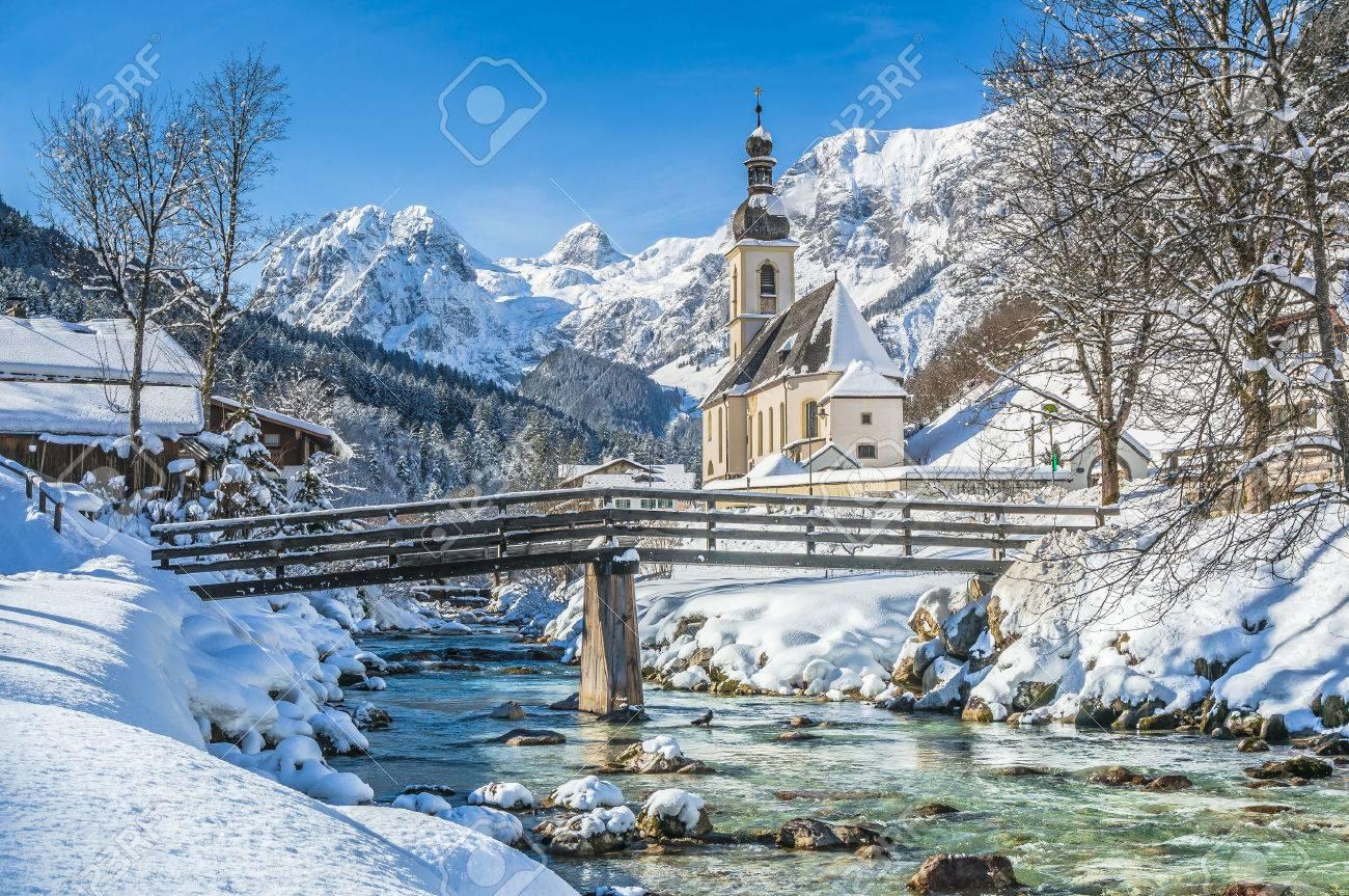 Vue panoramique du paysage d'hiver panoramique sur les Alpes bavaroises avec Eglise célèbre la paroisse de Saint-Sébastien dans le village de Ramsau, Nationalpark Berchtesgaden, Haute-Bavière, Allemagne Banque d'images - 47649982
