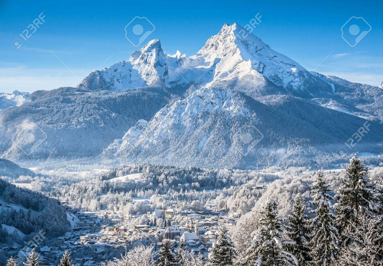 Magnifique paysage de montagne dans les Alpes bavaroises avec le village de Berchtesgaden Watzmann et massif en arrière-plan au lever du soleil, Nationalpark Berchtesgaden, Bavière, Allemagne Banque d'images - 47932422