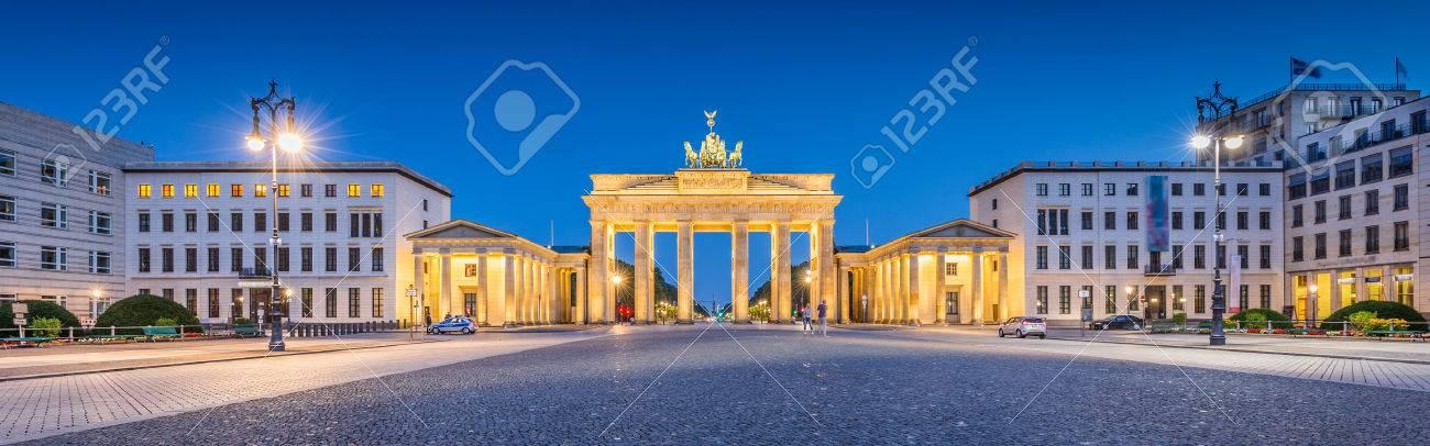 Vue panoramique sur la Pariser Platz avec la célèbre Porte de Brandebourg, l'un des plus connus monuments et symboles nationaux de l'Allemagne, dans la pénombre pendant l'heure bleue à l'aube, Berlin, Allemagne Banque d'images - 49137573