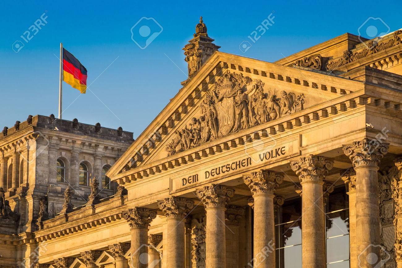 Gros plan du célèbre bâtiment du Reichstag, siège du Parlement allemand Deutscher Bundestag, dans la belle lumière dorée du soir au coucher du soleil, Berlin, Allemagne Banque d'images - 49066430