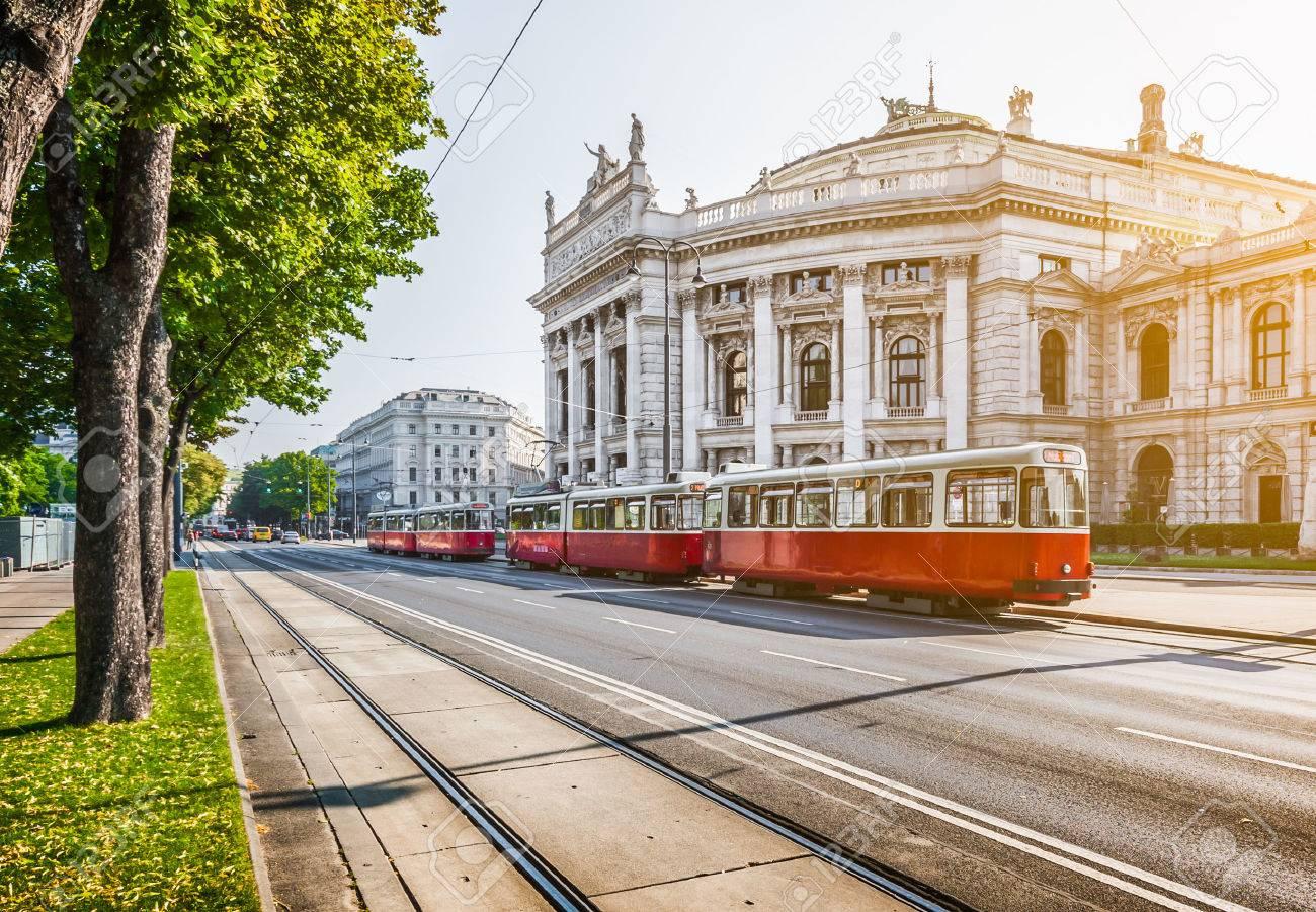Célèbre Wiener Ringstrasse avec Burgtheater historique et tramway électrique rouge traditionnel au lever du soleil avec rétro effet de filtre de style vintage à Vienne, Autriche Banque d'images - 49137708