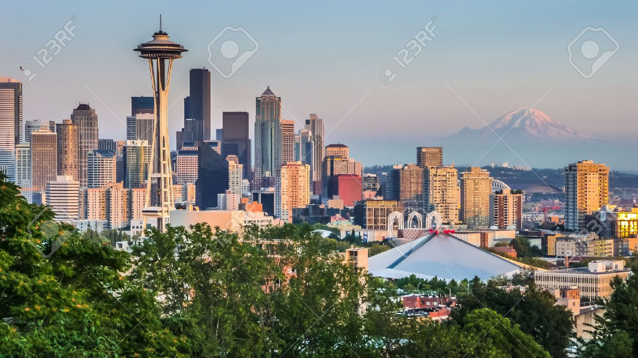 Seattle skyline panorama seen from Kerry Park at sunset in golden evening light with Mount Rainier in the background, Washington State, United States of America Banque d'images - 50794776