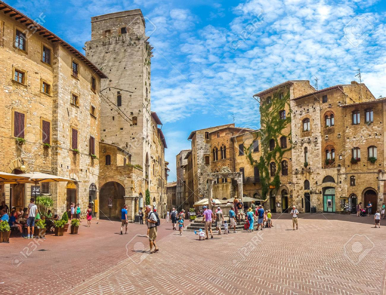 Panoramic view of famous Piazza della Cisterna in the historic town of  San Gimignano on a sunny day, Tuscany, Italy Banque d'images - 50795110