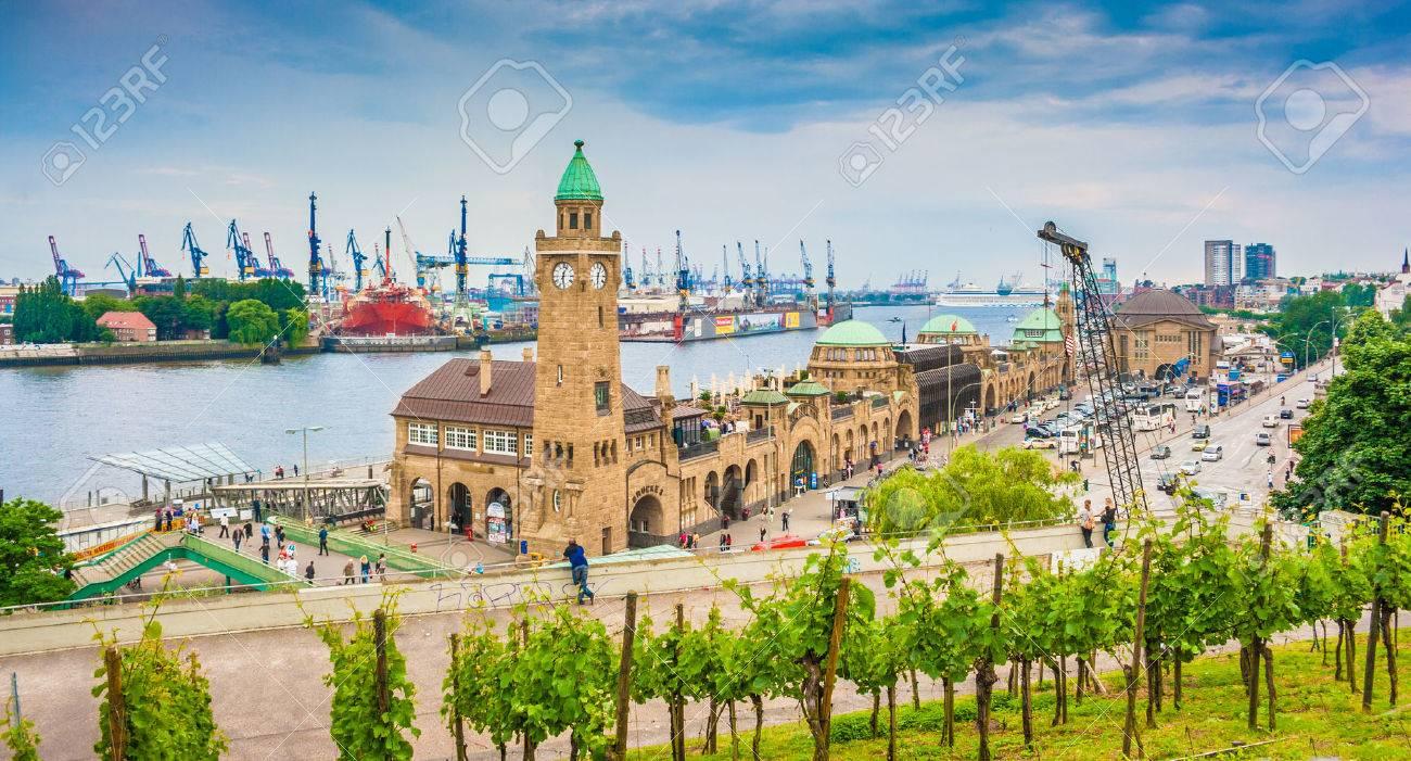 Famous Hamburger Landungsbruecken avec port commercial et Elbe, district de St. Pauli, Hambourg, Allemagne Banque d'images - 54991029