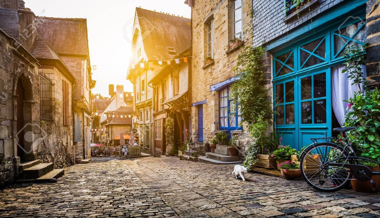 La vieille ville en Europe au coucher du soleil avec filtre rétro style vintage Banque d'images - 54991030