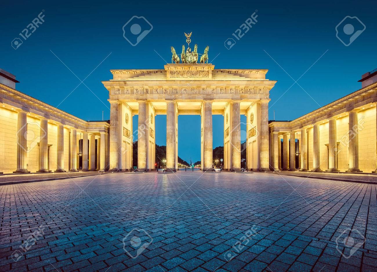 Vue classique de la célèbre Porte de Brandebourg, l'un des plus connus monuments et symboles nationaux de l'Allemagne Banque d'images - 54991019