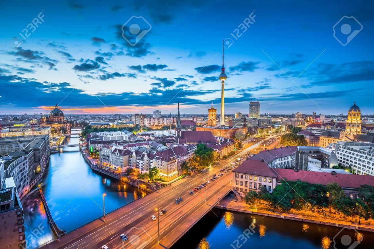 Vue aérienne de Berlin horizon avec des nuages ??dramatiques dans le crépuscule pendant l'heure bleue au crépuscule, Allemagne Banque d'images - 55031931