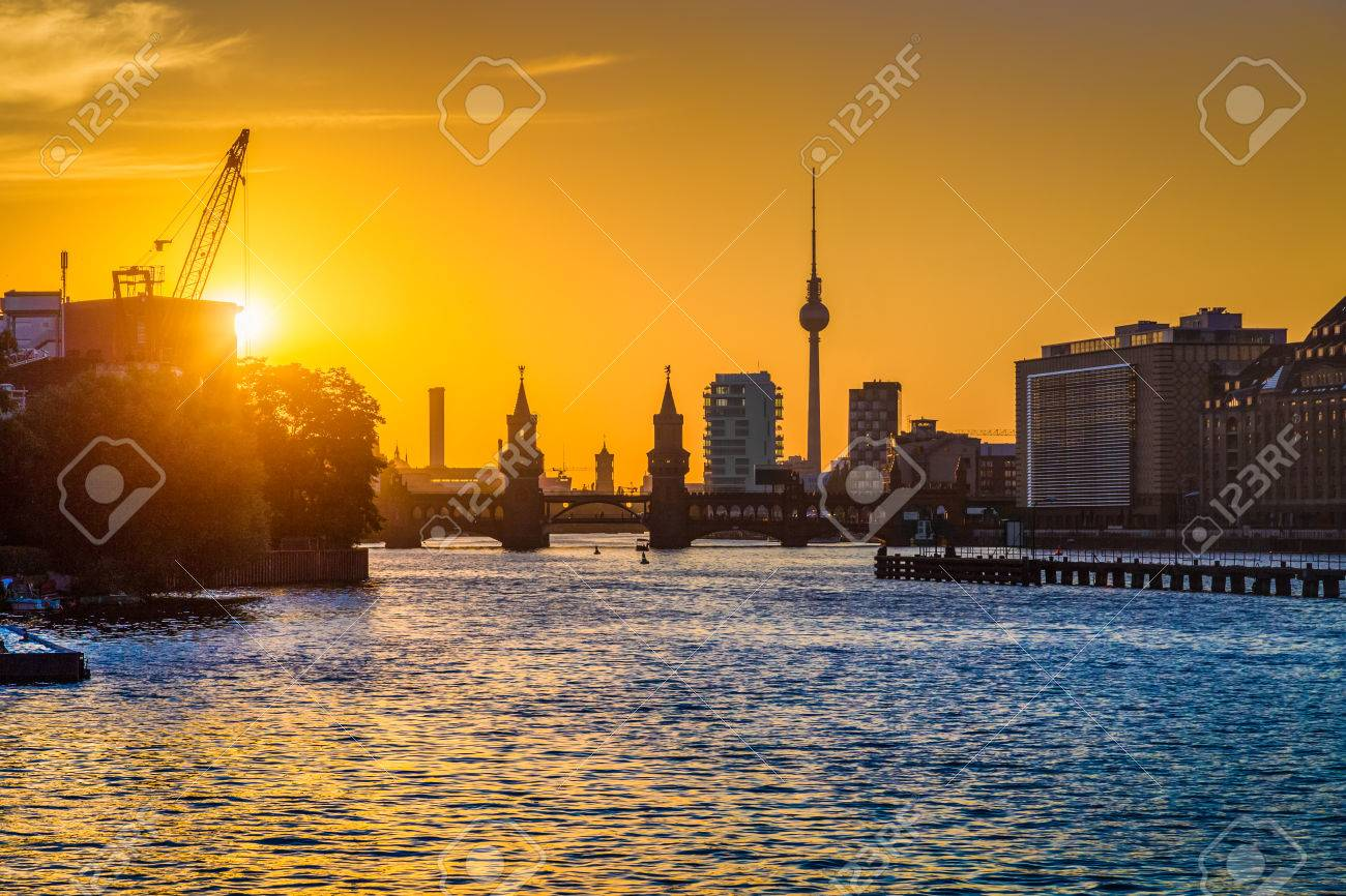 Belle vue sur l'horizon de Berlin avec tour de télévision célèbre et Oberbaum Pont de la rivière Spree, à la lumière dorée du soir au coucher du soleil Banque d'images - 54991004