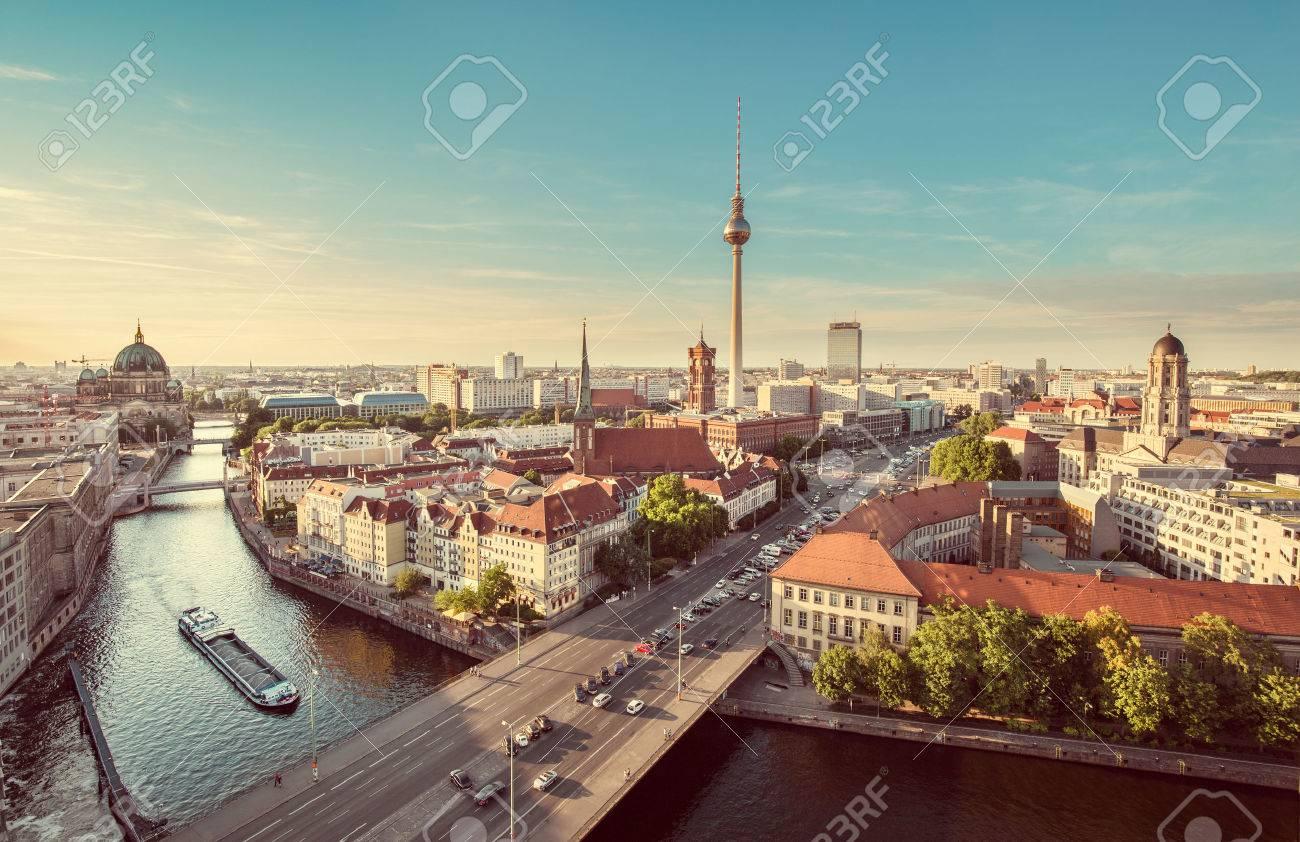 Vue aérienne de l'horizon de Berlin avec tour de télévision célèbre et rivière Spree dans la belle lumière du soir au coucher du soleil rétro grunge pastel de style Instagram millésime effet de filtre tonique, Allemagne Banque d'images - 54990998