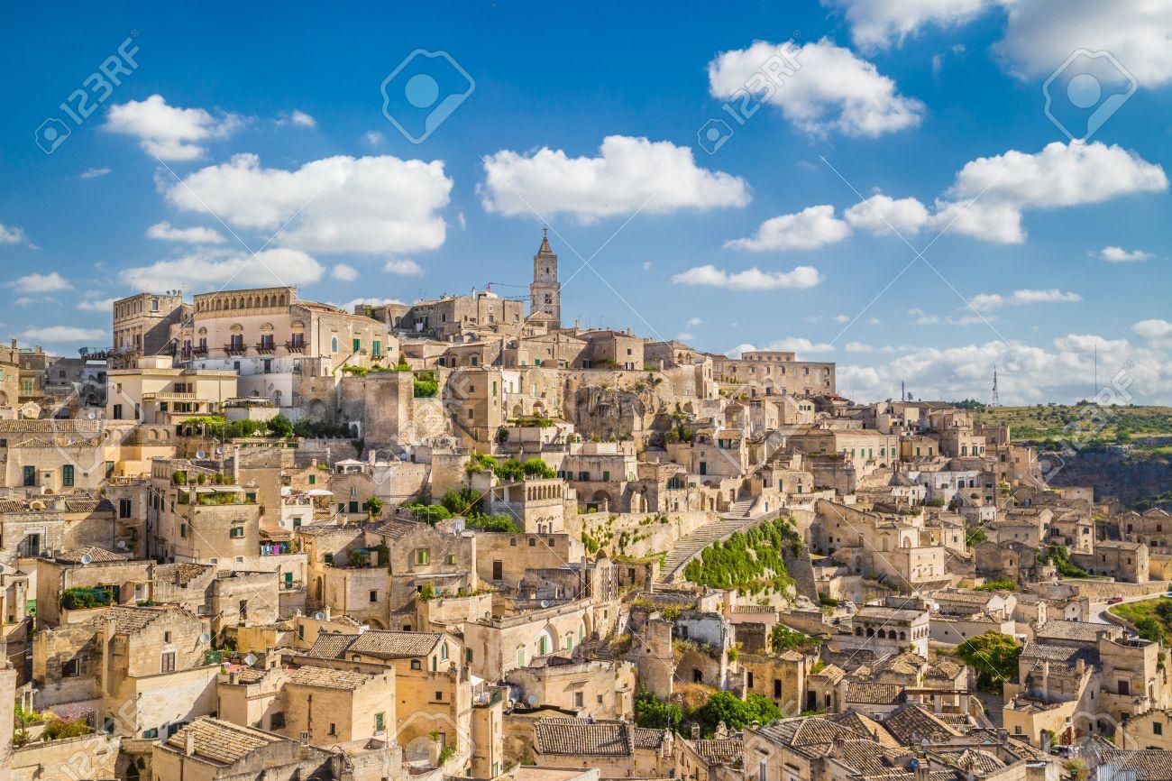 Antica Città Dei Sassi Di Matera Capitale Europea Della Cultura 2019 In Bella Luce Del Mattino Doro Al Sorgere Del Sole Con Il Cielo Azzurro E
