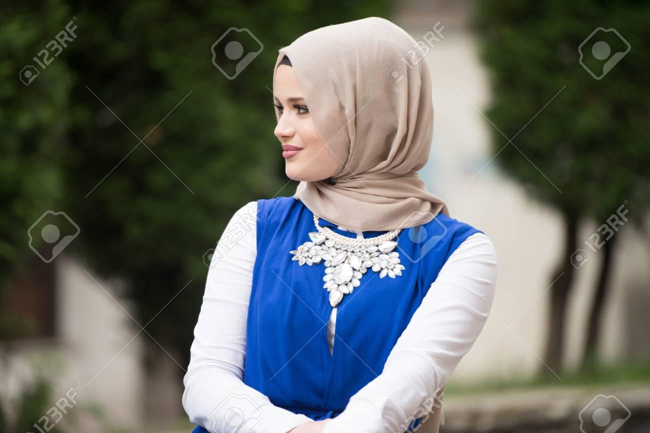 16bfb410e69 Banque d images - Portrait de jeune femme musulmane portant le foulard en  pensant extérieur