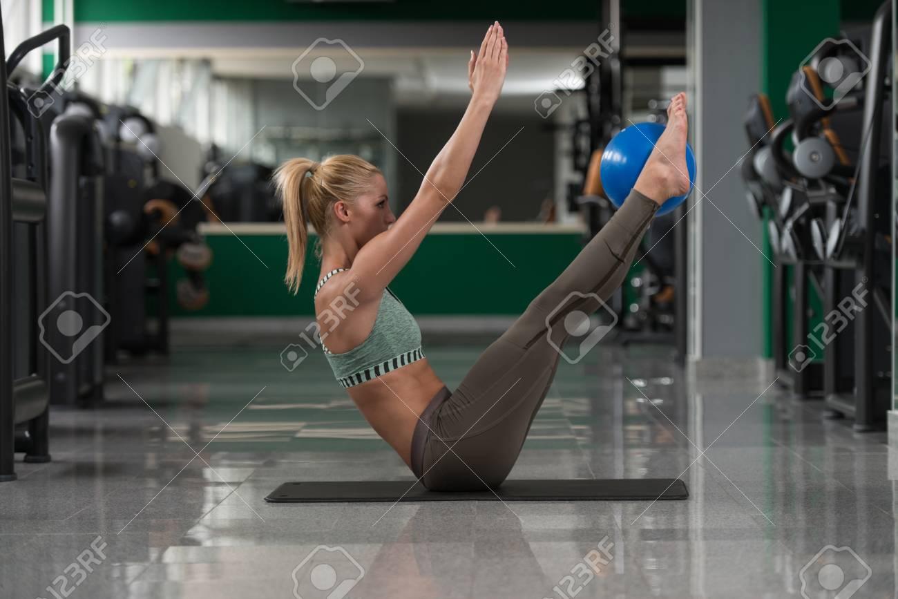 Muskulose Frau Dehnt Auf Dem Boden In Einem Fitnessraum Und Muskeln