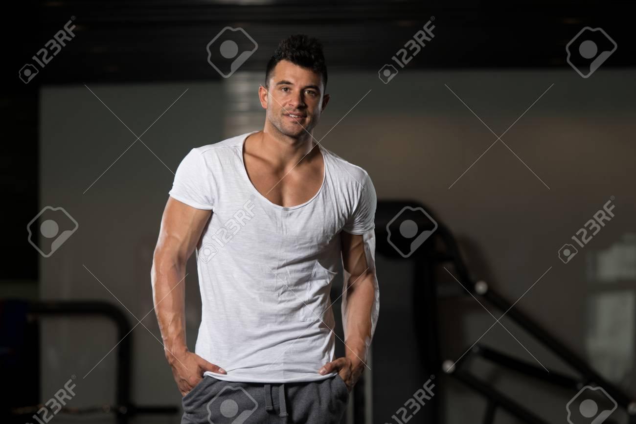 Aptitud De La Músculos Que Y Camiseta Muscular Presenta Los Del En Hombre Sano Doblar Modelo Bodybuilder Joven Fuerte Blanca Permanecer IbgyvY6f7