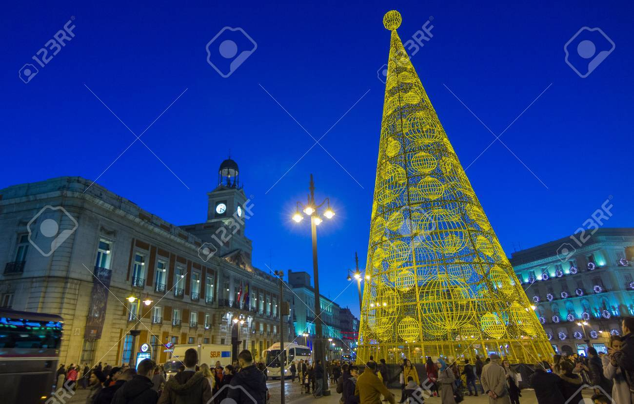 MADRID, Spanien - 18. Dezember: Die Berühmten Puerta Del Sol ...