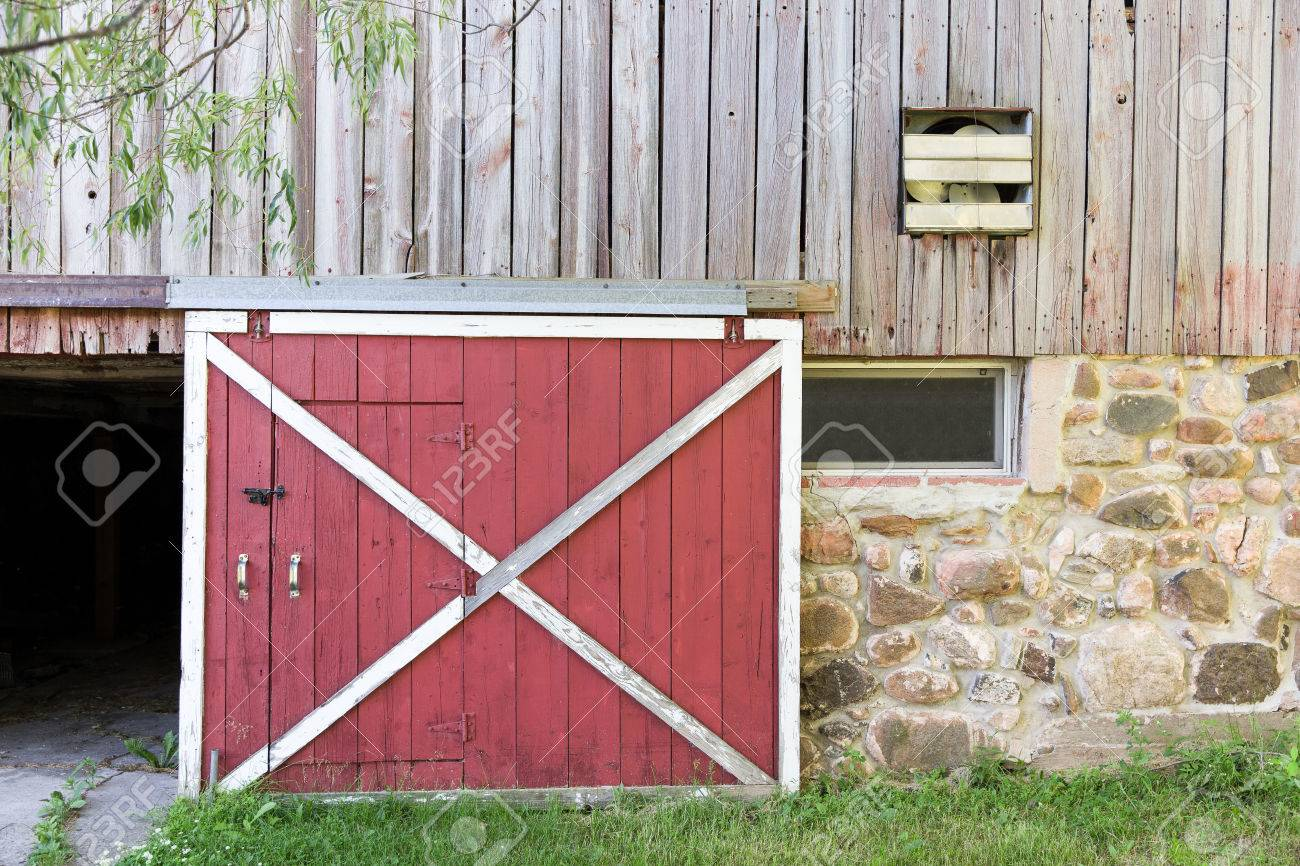 Teilweise Offene Rote Scheune Tür In Einer Verwitterten Scheune ...